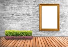Puste miejsce ramowy rocznik na betonowej ścianie z drzewnym garnkiem na drewnianym flo Fotografia Stock