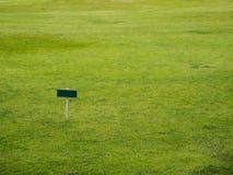 Puste miejsce znaka deska w gazonie Zdjęcie Royalty Free