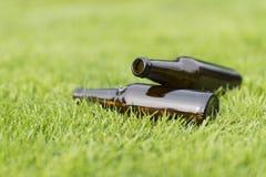 Puste piwne butelki w trawie Zdjęcia Royalty Free