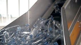 Puste plastikowe butelki dla wody są poruszające na konwejerze zbiory