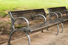Puste plenerowe parkowe ławki na chodniczku fotografia stock