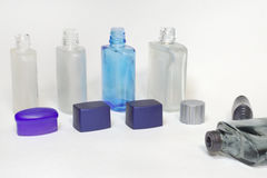 Puste przejrzyste butelki płukanki po ogolenia z otwartymi nakrętkami Zdjęcie Royalty Free