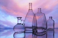 Puste przejrzyste szklanych butelek formy obraz stock