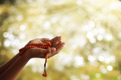 Puste ręki modlą się dla litości dla bóg symbol pokora w Ramadan obrazy royalty free