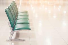 Puste siedzenia przy biznesem lub krzesłami są zielonym skórą z metal nogami i żadny podłokietnika czekania terenem obrazy stock