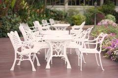 Puste siedzenia w ogródzie Zdjęcie Royalty Free