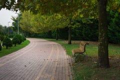 Puste Siedzenie Przy parkiem w jesieni zdjęcia stock