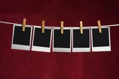 puste ubrania do pięciu palaroid kołkowatą linę. Obraz Stock