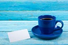 Puste wizytówki, błękitna filiżanka na drewnianym stole Szablon dla ID Odgórny widok Filiżanka kawy Obraz Stock