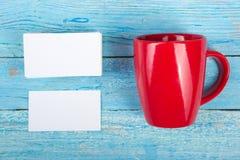 Puste wizytówki, czerwona filiżanka na drewnianym stole Szablon dla ID Odgórny widok Filiżanka kawy Obraz Stock