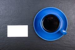 Puste wizytówki, filiżanka kawy na drewnianym stole Szablon dla ID Odgórny widok blackboard Obrazy Royalty Free