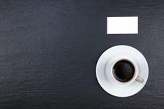 Puste wizytówki, filiżanka kawy na drewnianym stole Szablon dla ID Odgórny widok blackboard Obraz Stock