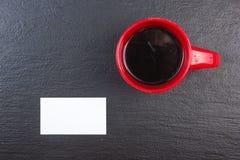 Puste wizytówki, filiżanka kawy na drewnianym stole Szablon dla ID Odgórny widok blackboard Obraz Royalty Free