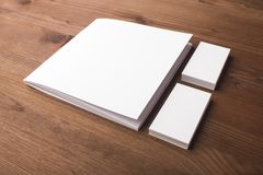 Puste wizytówki i broszura, broszurka na drewnianym tle obrazy stock