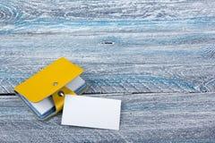 Puste wizytówki na drewnianym stole Szablon dla ID Biurowego biurka tabl Odgórny widok Wizytówka właściciel Fotografia Stock