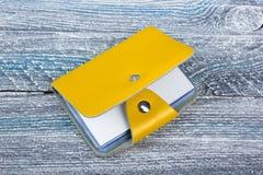 Puste wizytówki na drewnianym stole Szablon dla ID Biurowego biurka tabl Odgórny widok Wizytówka właściciel Obrazy Stock