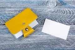 Puste wizytówki na drewnianym stole Szablon dla ID Odgórny widok Wizytówka właściciel Fotografia Stock
