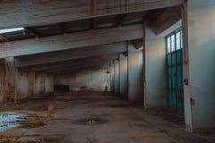 Puste wojskowego garażu lub magazynu ruiny fotografia royalty free