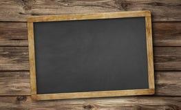 Pustego łupku blackboard i drewniany tło obrazy royalty free