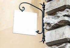 Pustego białego wiszącej ściany znaka mockup klasyka stylu plenerowy signage z kopii przestrzenią obrazy royalty free