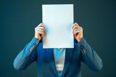 Pustego biznesowego dokumentu papieru bizneswomanu ` s nakrywkowa twarz Fotografia Stock