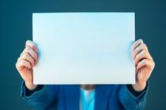 Pustego biznesowego dokumentu papieru bizneswomanu ` s nakrywkowa twarz Zdjęcia Royalty Free