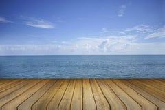 Pustego drewna stołowy i piękny pokoju morze w tle produktu pokazu szablon prezentacja wymiarowej 3 d gospodarczej sprawia, że ks Zdjęcie Stock