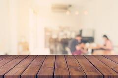 Pustego drewna stołowy i Zamazany tło: Klient przy kawowym sho obraz stock
