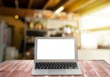Pustego ekranu laptop na drewnianych półkach Obraz Royalty Free