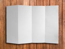 Pustego fałdu Biały papier na drewnie zdjęcia royalty free