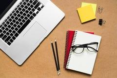pustego filiżanki desktop ilustracyjny markiera biura papieru paperclips scrapbook drewniany Obrazy Royalty Free