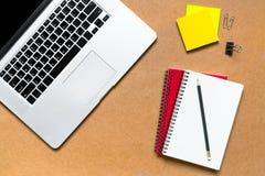 pustego filiżanki desktop ilustracyjny markiera biura papieru paperclips scrapbook drewniany Fotografia Stock