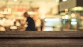 Pustego kroka stołowego wierzchołka jedzenia ciemny drewniany stojak z plama klientem obrazy stock