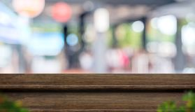 Pustego kroka stołowego wierzchołka jedzenia ciemny drewniany stojak z plamy kawiarni restaur zdjęcie royalty free