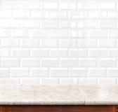 Pustego marmuru stołowej i ceramicznej płytki ściana z cegieł w tle PR ilustracja wektor