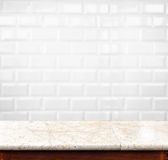 Pustego marmuru stołowej i ceramicznej płytki ściana z cegieł w tle PR zdjęcia royalty free