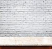 Pustego marmuru stołowy i biały ściana z cegieł w tle produktu d zdjęcia stock