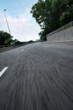 Pustego miasta asfaltowa droga z niebieskiego nieba i ruchu plamą obrazy royalty free