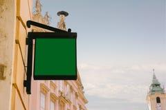Pustego miejsca kwadratowy signboard, wiesza od dokonanego żelaza wspornika obraz royalty free