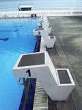 Pustego pływackiego na wolnym powietrzu pływacki basen - zaczynać miejsca zdjęcie stock