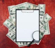 Pustego papieru prześcieradło w schowku umieszczającym na centrum pieniądze dolar, drewna tło, biznesowy pojęcie i informaci mock fotografia royalty free