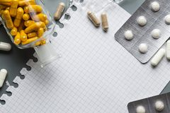Pustego papieru szkotowi i różnorodni lekarstwa na szarym tle Obraz Royalty Free