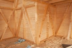 Pustego placu budowy ekologiczny dom Zewnętrznie praca na budynek kopercie Drewniana struktura dom obrazy stock