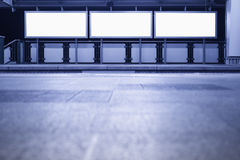 Pustego sztandaru środków Neonowy pudełkowaty pokaz podpisuje wewnątrz metro platformę Zdjęcie Royalty Free