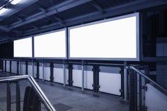 Pustego sztandaru środków neonowy pudełkowaty pokaz w staci Zdjęcie Stock