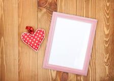 Pustej fotografii ramowa i czerwona walentynka dnia serca zabawka Obraz Stock