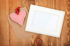 Pustej fotografii ramowa i czerwona walentynka dnia serca zabawka Zdjęcie Stock