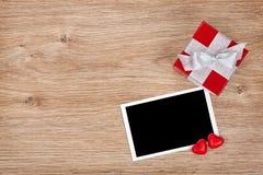 Pustej fotografii ramowy i mały czerwony prezenta pudełko Obraz Royalty Free