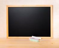 Pustej puste miejsce szkoły czerni nowa deska z barwionym pisze kredą na stole, Zdjęcia Stock