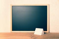Pustej puste miejsce szkoły czerni nowa deska z bielem pisze kredą ostrosłup dalej Zdjęcia Stock